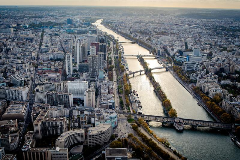 Flyg- sikt av Paris och Seine River royaltyfri bild