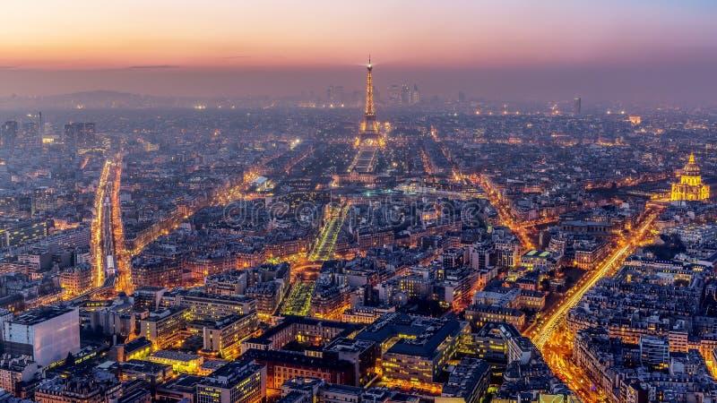 Flyg- sikt av Paris på solnedgången arkivfoto