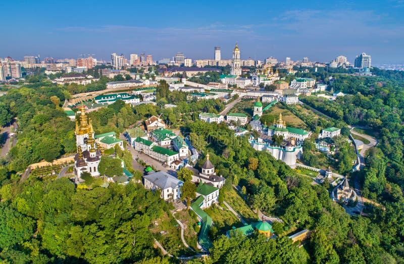 Flyg- sikt av Pechersk Lavra i Kiev, huvudstaden av Ukraina arkivbilder