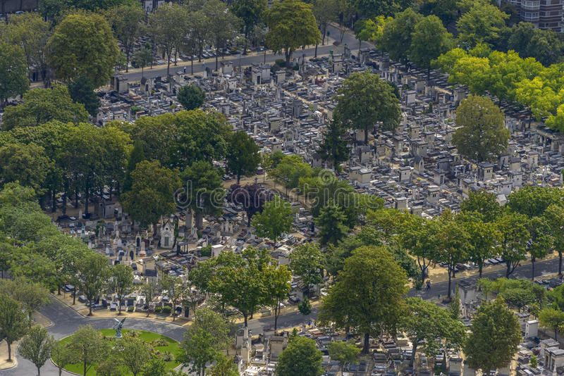 Flyg- sikt av Pere Lachaise Cemetery som tas från Montparnasse till royaltyfria bilder