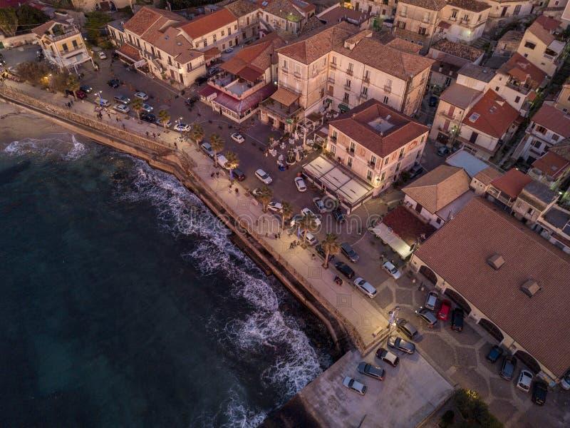 Flyg- sikt av Pizzo Calabro, Calabria, turism Italien skjuten solnedgångtid för exponering long Seafront på solnedgången arkivbild