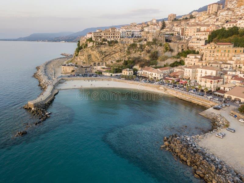 Flyg- sikt av Pizzo Calabro, pir, slott, Calabria, turism Italien Panoramautsikt av lilla staden av Pizzo Calabro vid havet arkivfoto