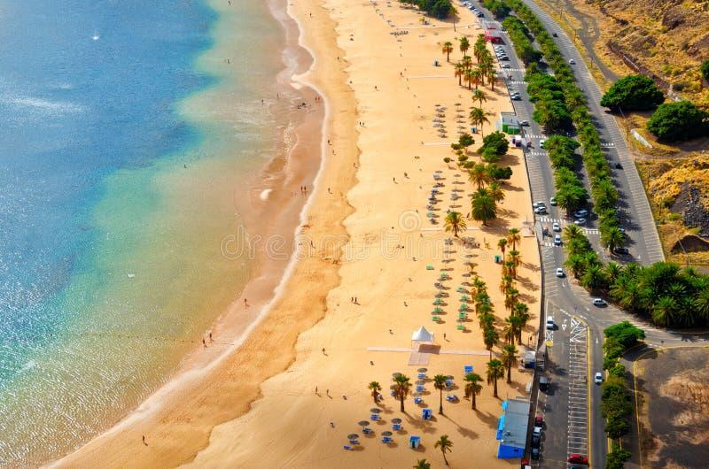 Flyg- sikt av Playa de Las Teresitas nära Santa Cruz de Tenerife Bästa sikt för soligt sommarstrandlandskap royaltyfri foto