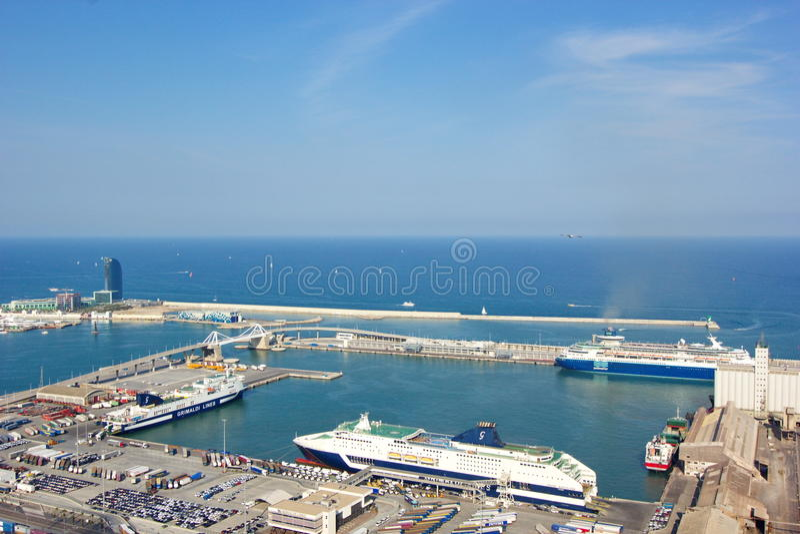 Flyg- sikt av porten för kryssningskepp från Barcelona Spanien royaltyfri foto