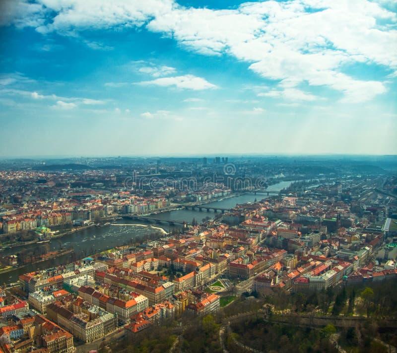 Flyg- sikt av Prague ?ver den Vltava floden royaltyfri foto