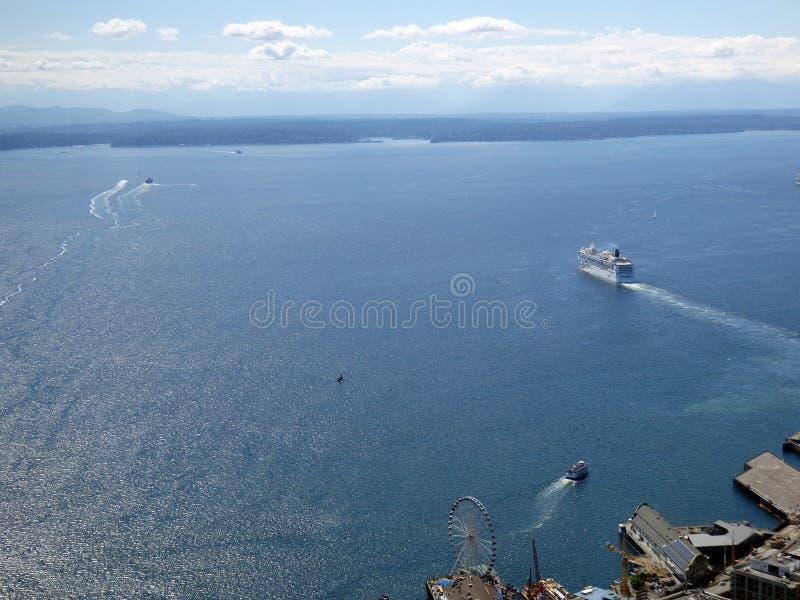 Flyg- sikt av Puget Sound med fartyg som lämnar hamnen, stora Ferr arkivfoto