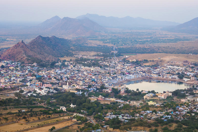 Flyg- sikt av Pushkar, Rajasthan, Indien royaltyfria bilder