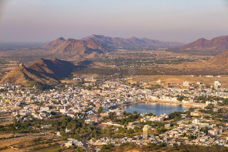 Flyg- sikt av Pushkar, staden med den heliga sjön och det omgeende lantlig landskapet för kullar och Loppdestination i Rajasthan arkivfoto