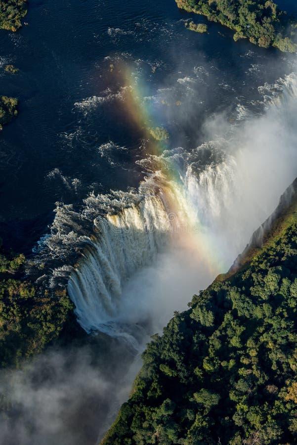 Flyg- sikt av regnbågen som korsar Victoria Falls arkivfoton