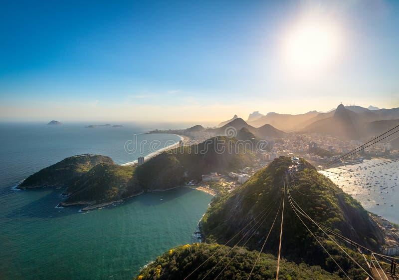 Flyg- sikt av Rio de Janeiro Coast med Copacabana, den PraiaVermelha stranden, det Urca och Corcovado berget - Rio de Janeiro, Br arkivbilder