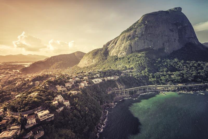 Flyg- sikt av Rio de Janeiro det Pedra da Gavea berget och tunel till Barra da Tijuca arkivfoton