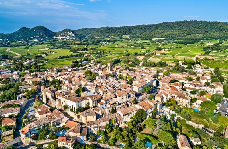 Flyg- sikt av Sablet, en stärkt Provencal by, Frankrike royaltyfri foto