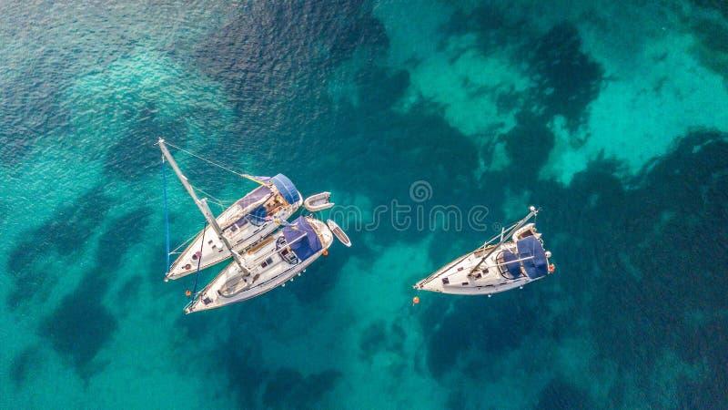 Flyg- sikt av sailling fartyg royaltyfri fotografi