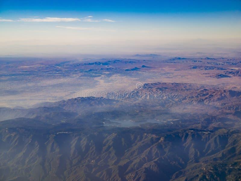 Flyg- sikt av San Bernardino Mountains och sjöpilörten, sikt royaltyfri fotografi