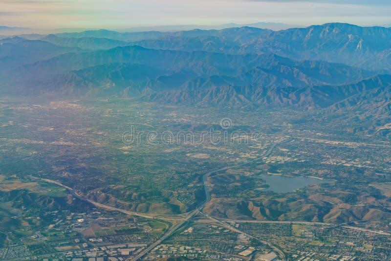 Flyg- sikt av San Dimas och den Puddingstone behållaren, sikt från w arkivfoton