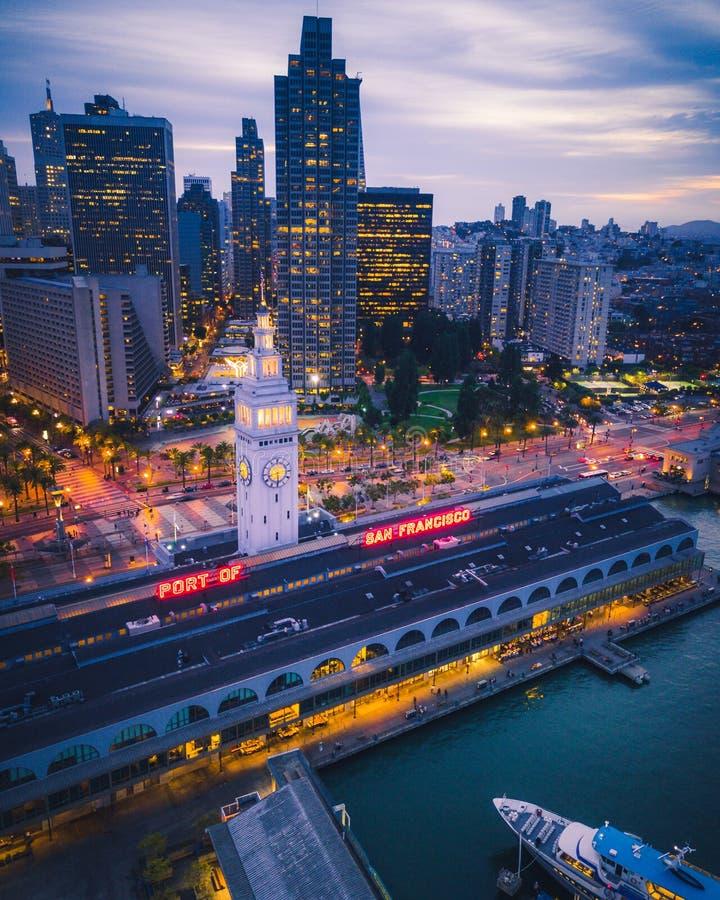 Flyg- sikt av San Francisco på natten arkivfoto