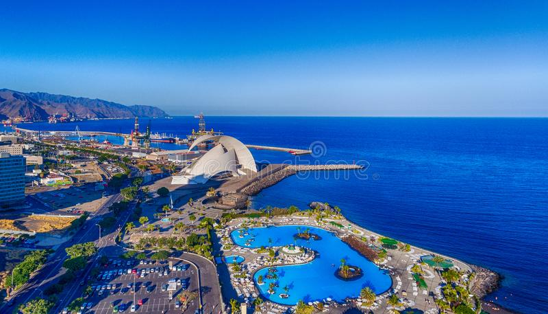 Flyg- sikt av Santa Cruz de Tenerife horisont längs kusten, C royaltyfria bilder