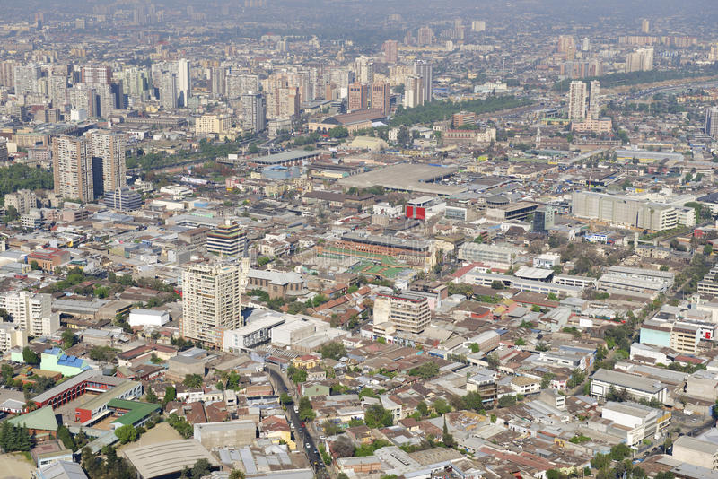 Flyg- sikt av Santiagostaden med den blåa smogen från Sanen Cristobal Hill, Santiago, Chile royaltyfri bild
