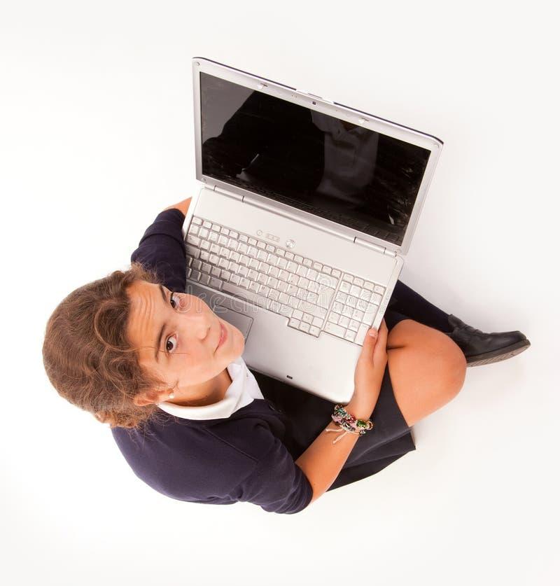 Flyg- sikt av schoolgirlen med bärbar dator arkivfoton