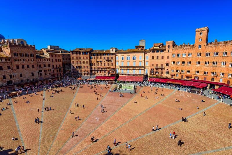 Flyg- sikt av Siena, Campo fyrkantiga Piazza del Campo i Siena royaltyfri bild