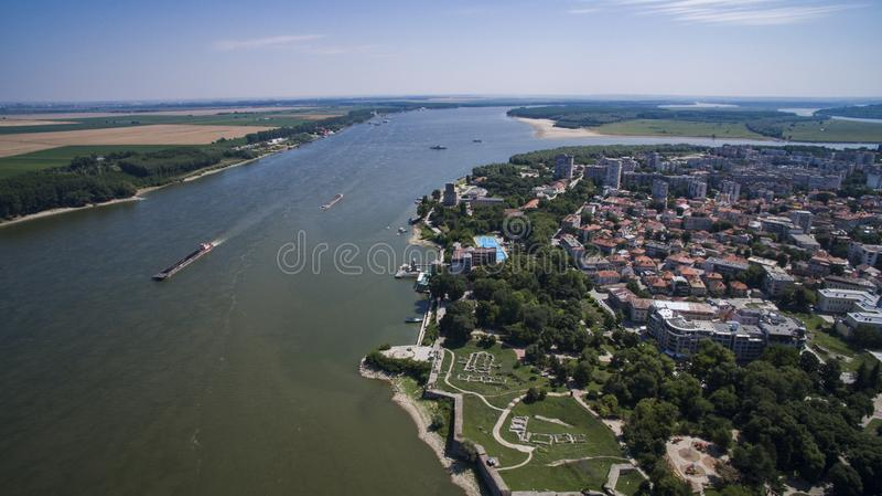 Flyg- sikt av Silistra, Danubet River och den Durostorum fästningen, Silistra, Bulgarien, Juli 2017 arkivbilder