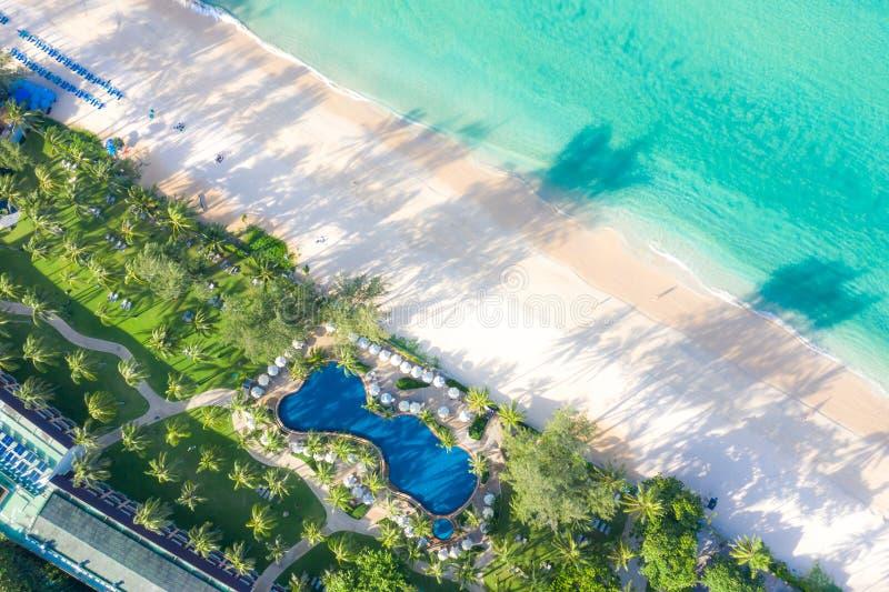 Flyg- sikt av simbassängen med havet och stranden i lyxigt hotell och semesterorten för lopp och semester royaltyfri bild