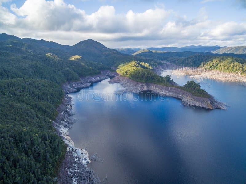 Flyg- sikt av sjön Gordon, sydväst, Tasmanien royaltyfri bild