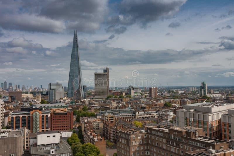 Flyg- sikt av skyskrapan för 95 berättelse skärvan i London royaltyfri foto