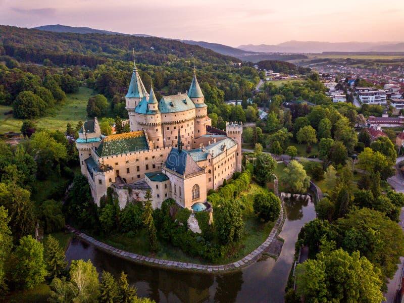 Flyg- sikt av slotten Bojnice, Centraleuropa, Slovakien UNESCO Solnedgången tänder royaltyfri bild