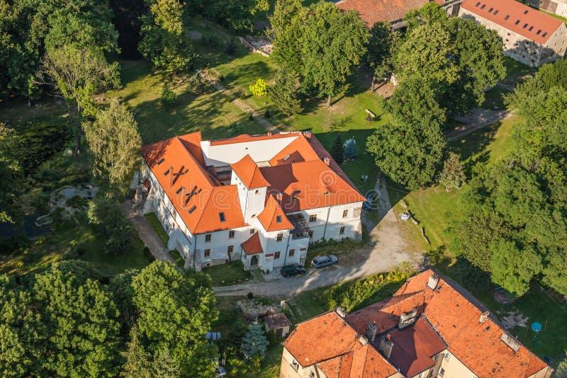 Flyg- sikt av slotten i byn Piotrowice Nyskie fotografering för bildbyråer