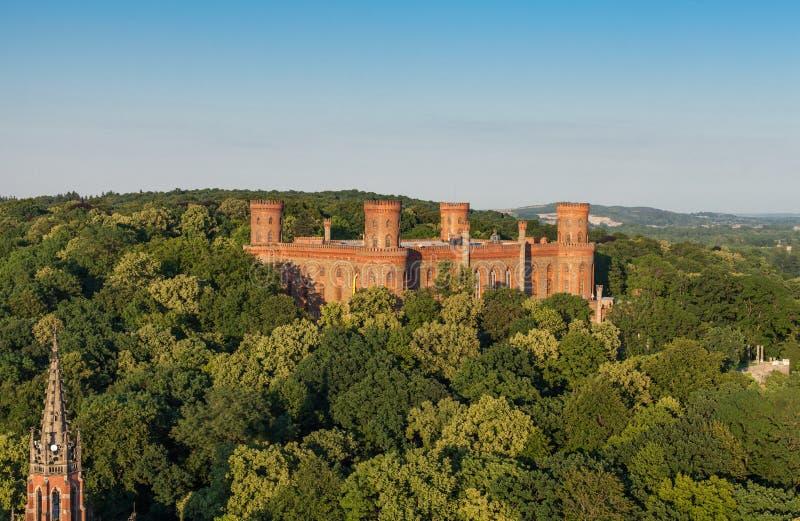 Flyg- sikt av slotten i den Kamieniec Zabkowicki staden arkivbild