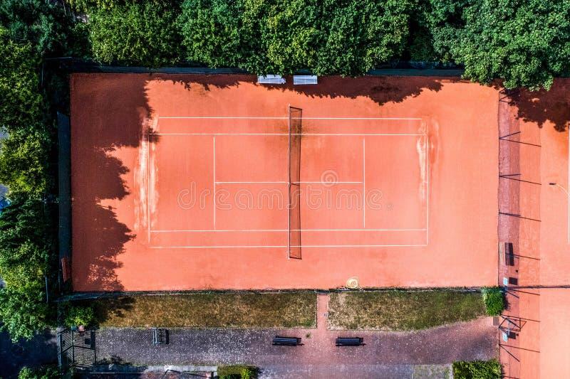 Flyg- sikt av smal lokala tennisbanor för rekreation- och tennisutbildning Sportsligt område som ses utomhus från över royaltyfri foto