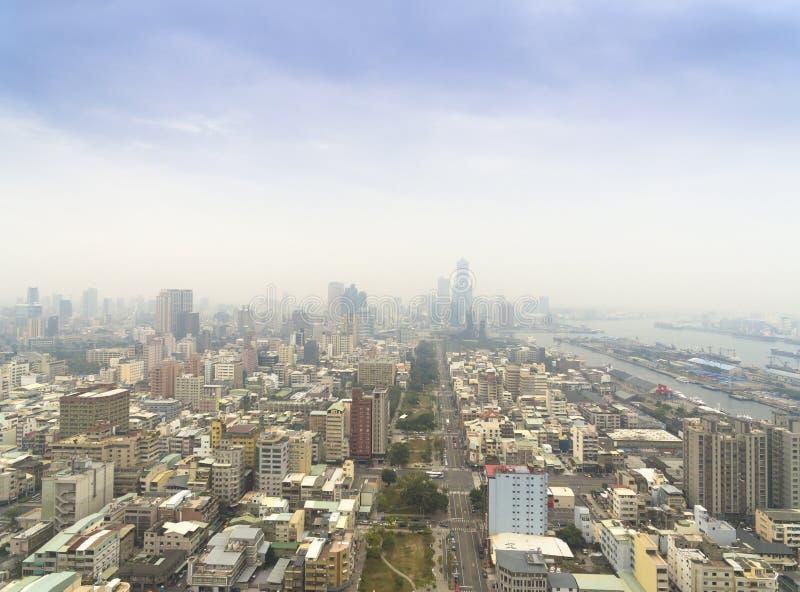 Flyg- sikt av smog i stad arkivbilder