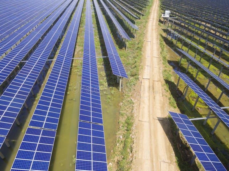 Flyg- sikt av solenergistationen royaltyfria bilder
