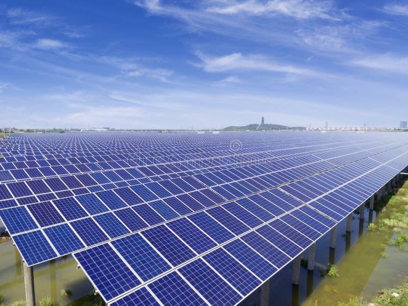 Flyg- sikt av solenergistationen arkivbilder