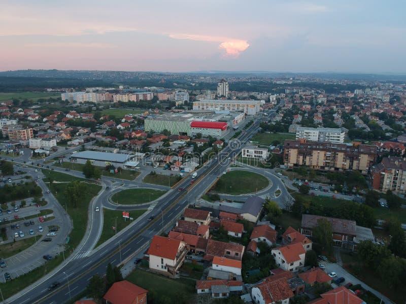 Flyg- sikt av solnedgången i Kragujevac - Serbien royaltyfri bild