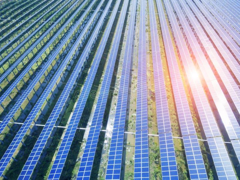 Flyg- sikt av solpaneler arkivfoto