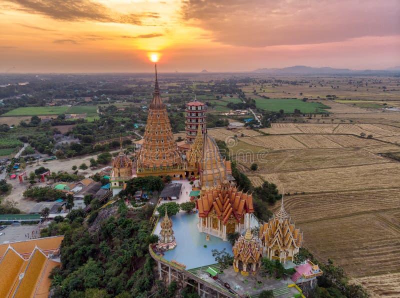 Flyg- sikt av soluppgång på den guld- templet eller Wat Tham Sua på Kanchanaburi royaltyfria bilder