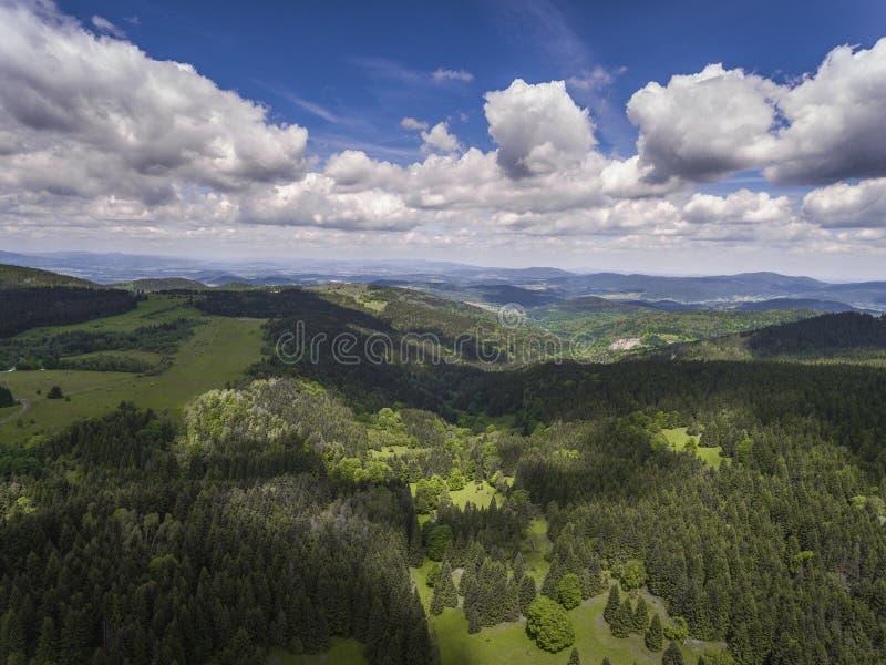 Flyg- sikt av sommartiden i berg nära Czarna Gora mou royaltyfri fotografi