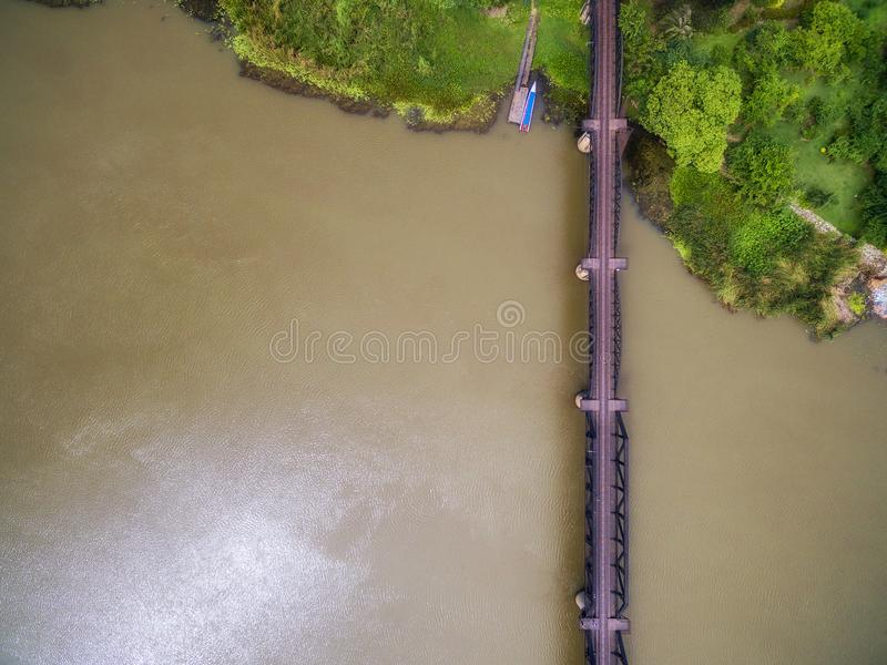 Flyg- sikt av ståljärnvägsbron över den Kwai floden arkivfoton