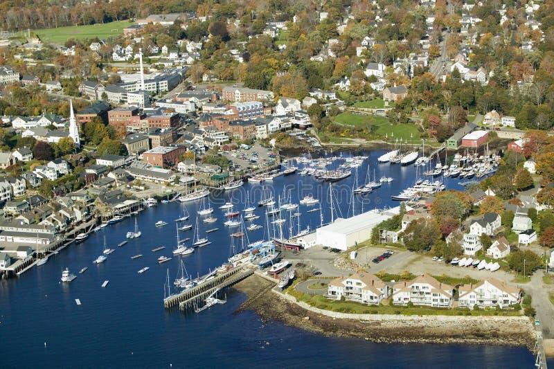 Flyg- sikt av stånghamnen i höst, Maine arkivfoton