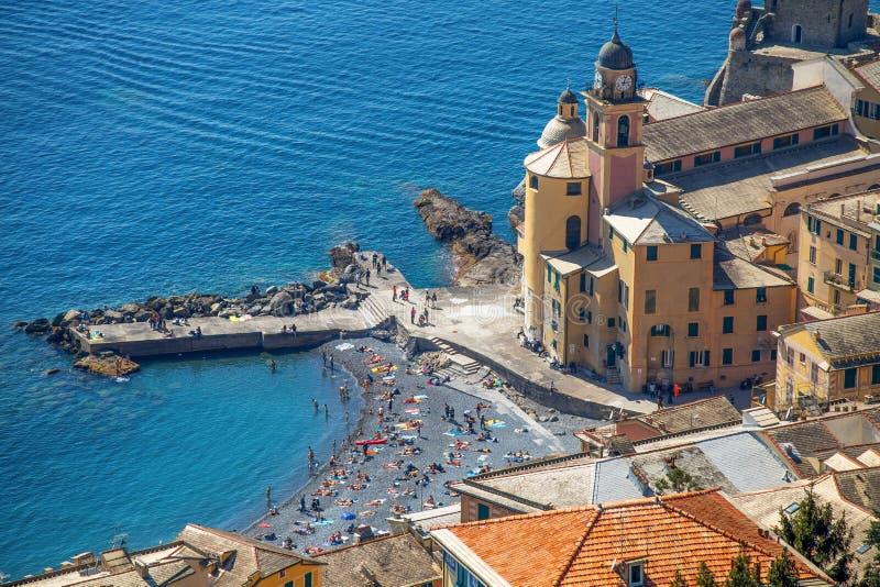 Flyg- sikt av staden av Camogli, Genoa Province, kyrkan och pir, Liguria, medelhavs- kust, Italien royaltyfria bilder