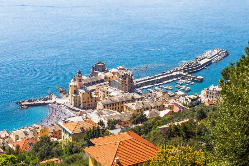 Flyg- sikt av staden av Camogli, Genoa Province, Liguria, medelhavs- kust, Italien royaltyfria bilder