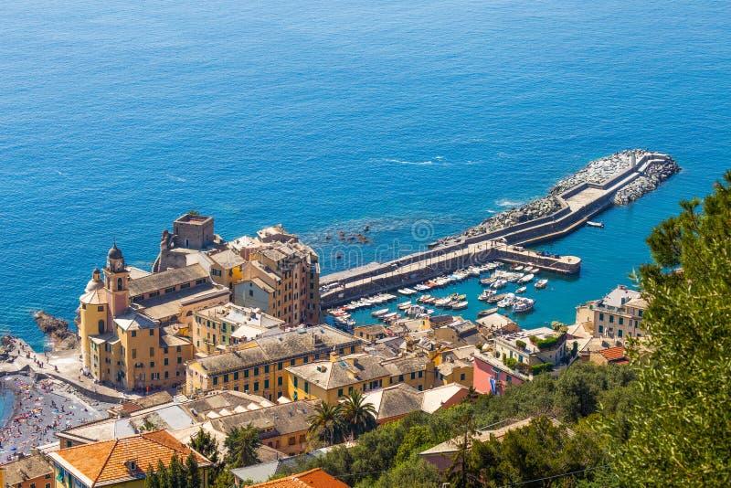 Flyg- sikt av staden av Camogli, Genoa Province, Liguria, medelhavs- kust, Italien royaltyfria foton