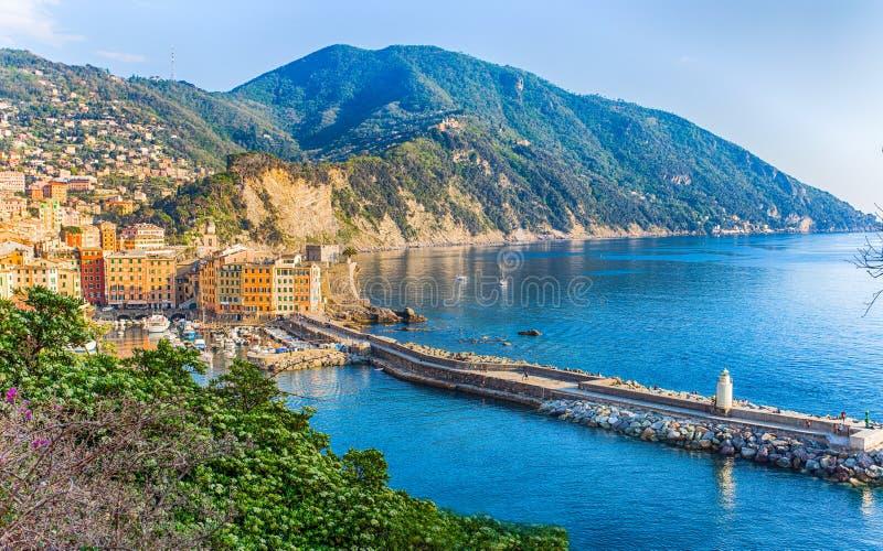 Flyg- sikt av staden av Camogli, Genoa Province, Liguria, medelhavs- kust, Italien royaltyfri fotografi