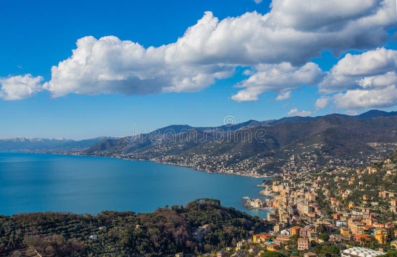Flyg- sikt av staden av Camogli och östliga riviera, Genoa Genova landskap, Ligurian riviera, medelhavs- kust, Italien royaltyfria foton