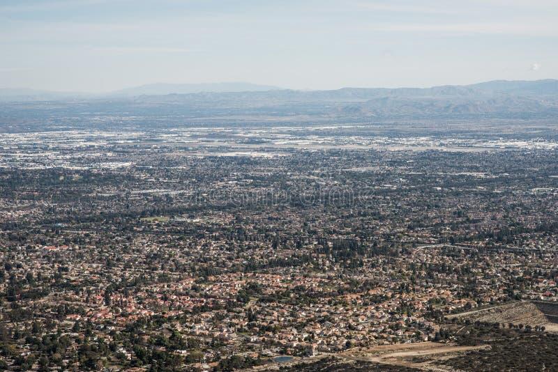 Flyg- sikt av staden av Claremont, Ontario, höglandet, Rancho Cucamonga, Montclair och Pomona från potatisberget, montering Baldy arkivfoto