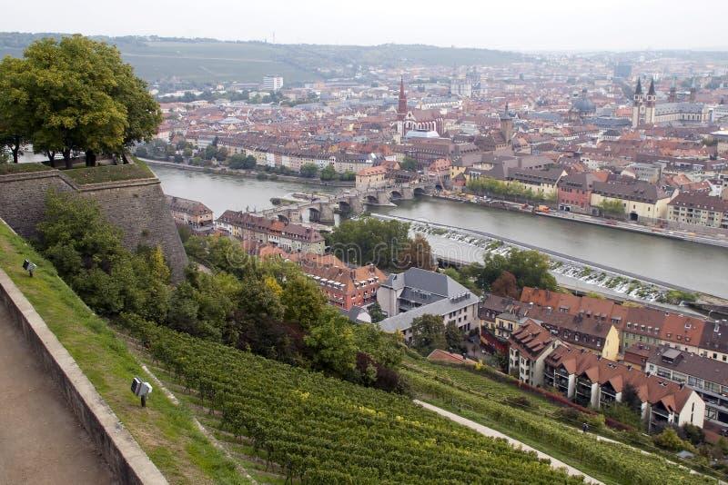 Flyg- sikt av staden och floden arkivfoto