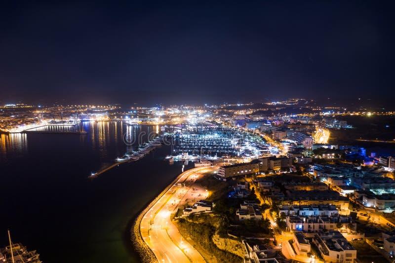 Flyg- sikt av stadsport på natten arkivfoton