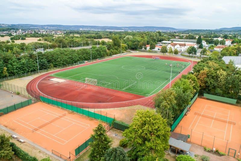 Flyg- sikt av stort sportar och fotbollfotbollfält i en by nära andernach koblenz neuwied i Tyskland royaltyfri bild